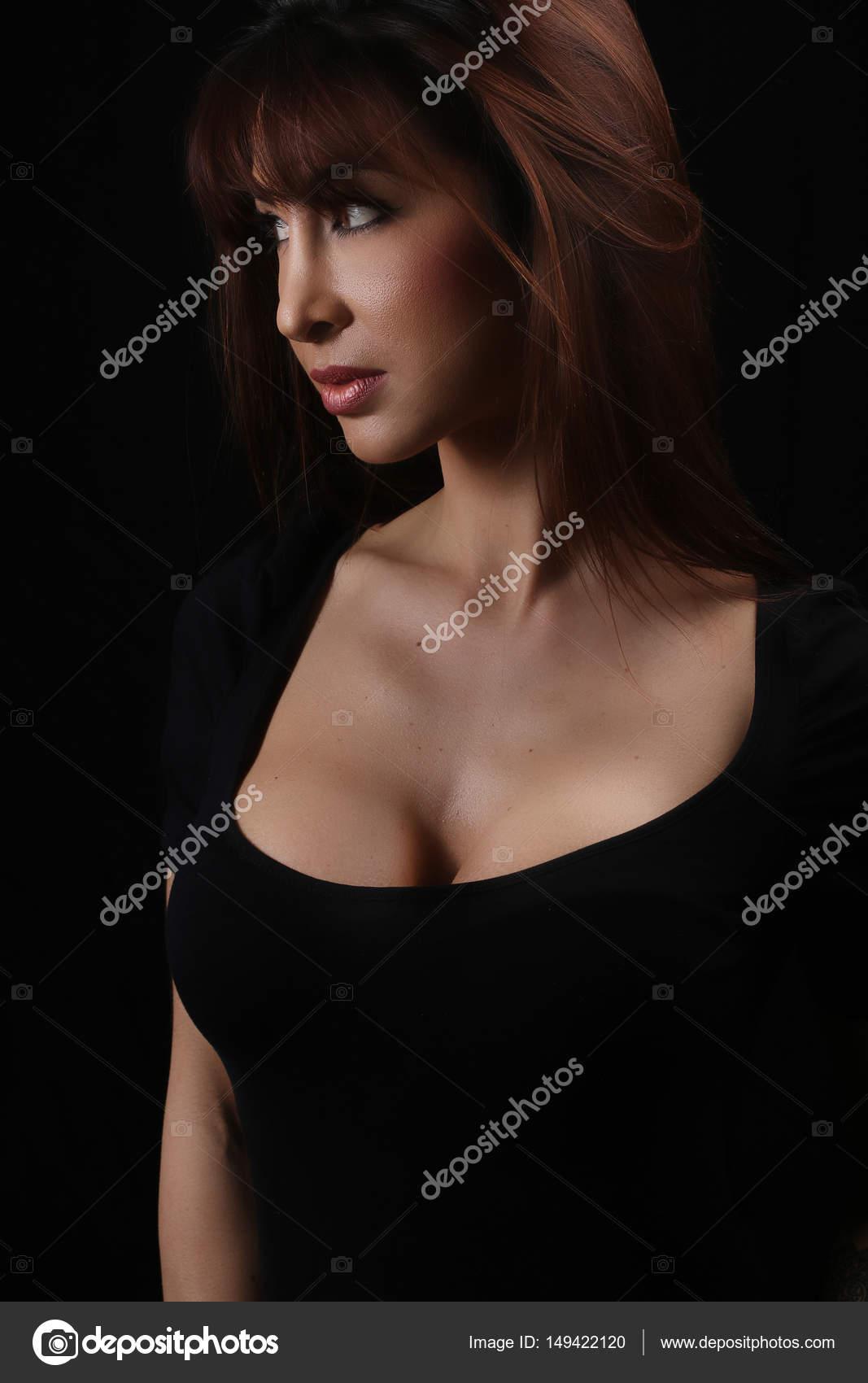portrait d une belle femme avec une grosse poitrine photographie rdrgraphe 149422120. Black Bedroom Furniture Sets. Home Design Ideas