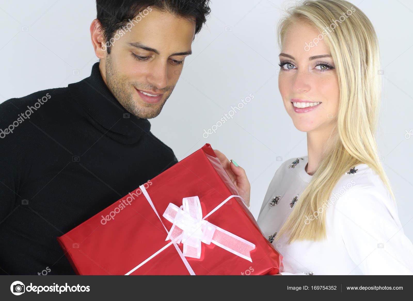 Mann bei Weihnachtsgeschenk für seine Freundin — Stockfoto ...