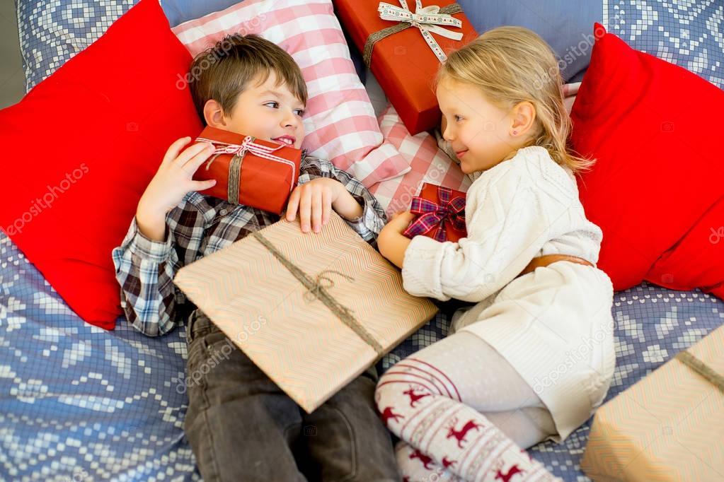 Regali Di Natale Fratello.Fratello E Sorella Stanno Prendendo In Considerazione Che I Regali
