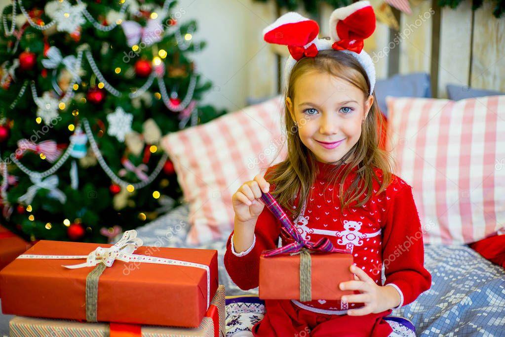 glückliches Kind Mädchen mit Weihnachtsgeschenke — Stockfoto ...