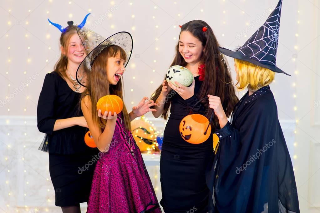 Costumi Halloween Di Gruppo.Gruppo Felice Di Adolescenti Danza In Costumi Di Halloween Foto