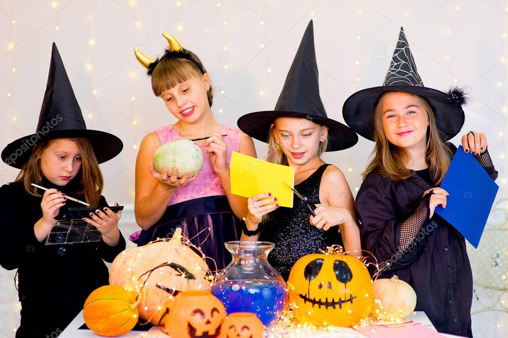 Gluckliche Gruppe Von Teenagern In Vorbereitung Fur Halloween