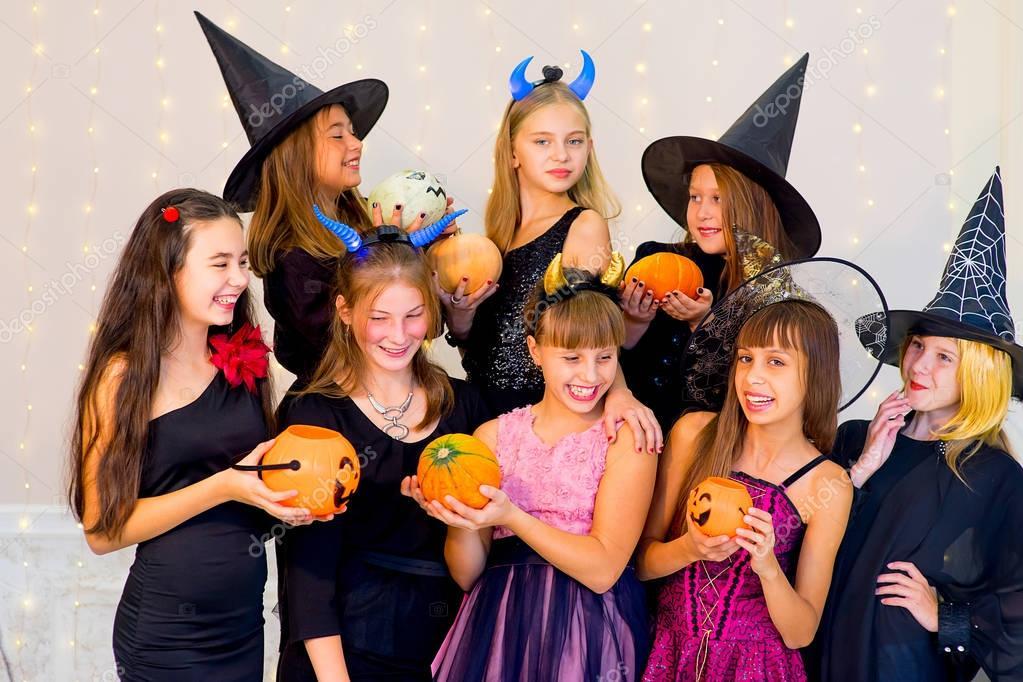Halloween Gruppo.Gruppo Felice Di Adolescenti In Costumi Di Halloween In Posa Sulla