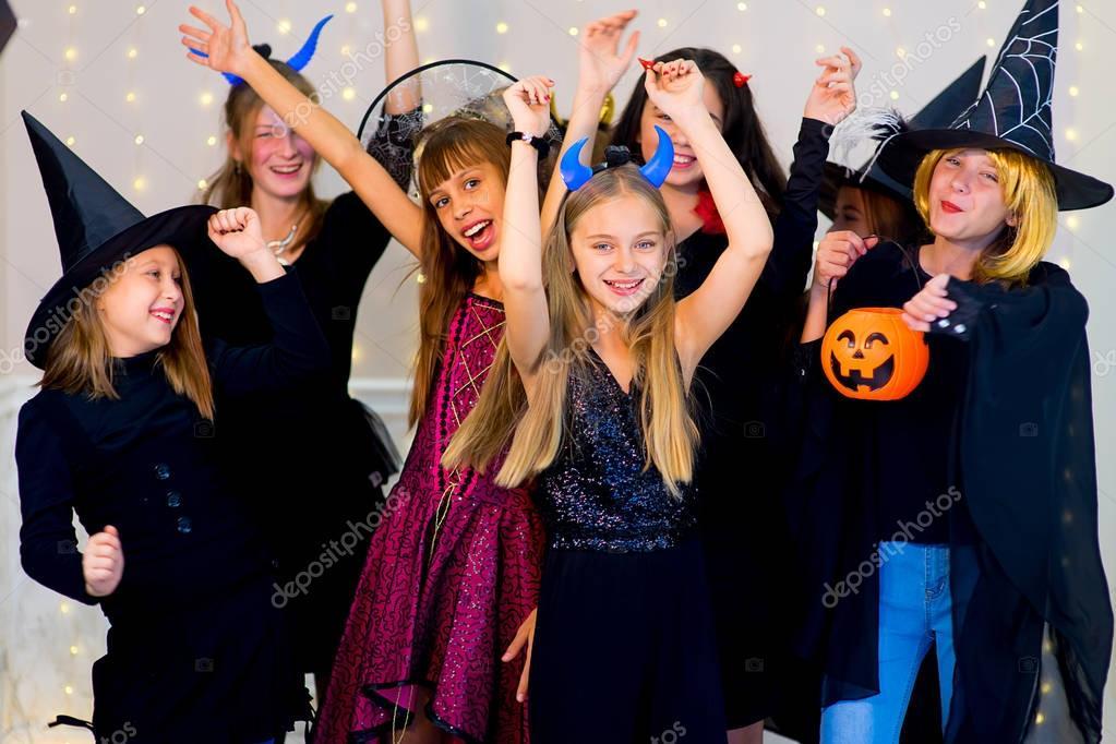 Halloween Gruppo.Gruppo Felice Di Adolescenti Danza In Costumi Di Halloween Foto