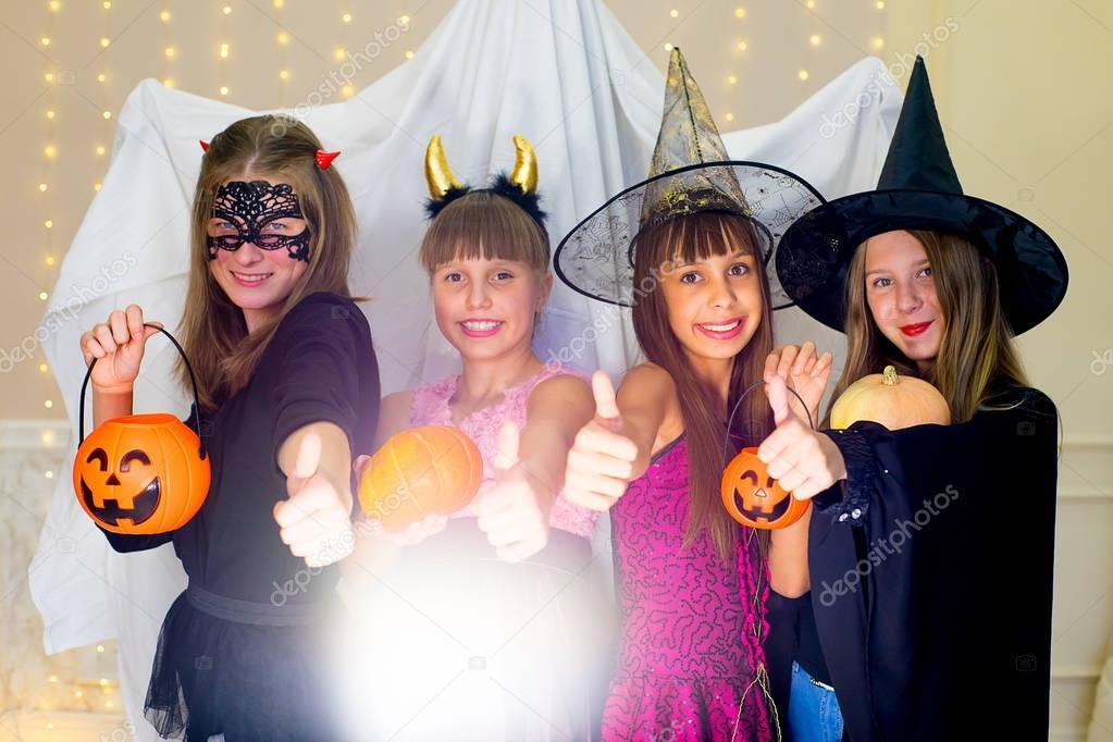 Gruppe Von Jugendlichen Tragen Halloween Kostume Angst Des Geistes