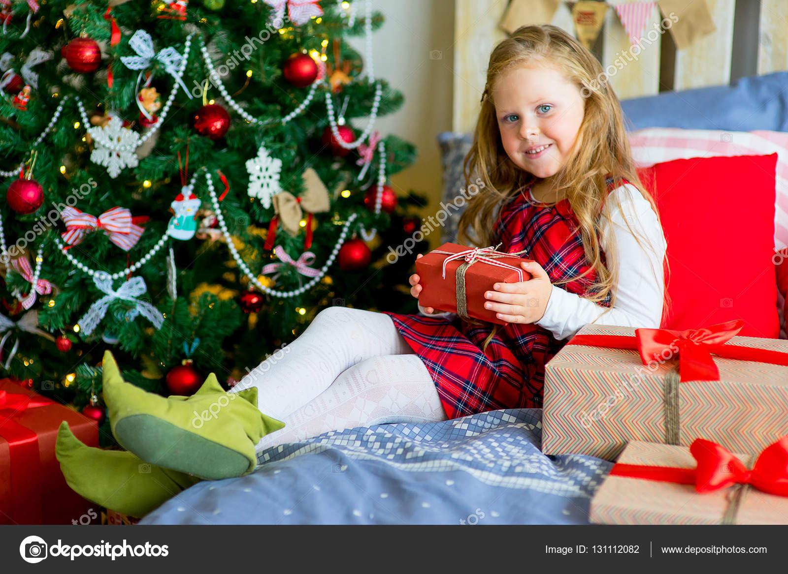 Regali Di Natale Ragazza.Ragazza Felice Del Bambino Con I Regali Di Natale Foto Stock