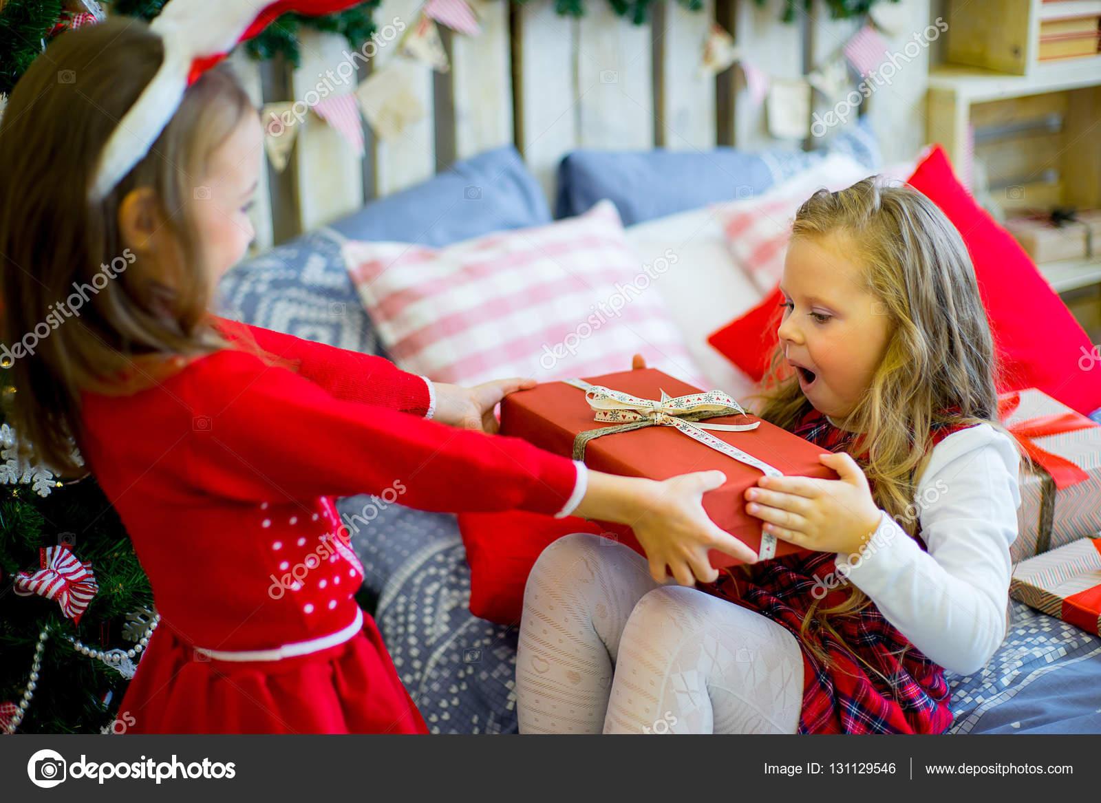 Zwei Mädchen geben Weihnachtsgeschenke — Stockfoto ...