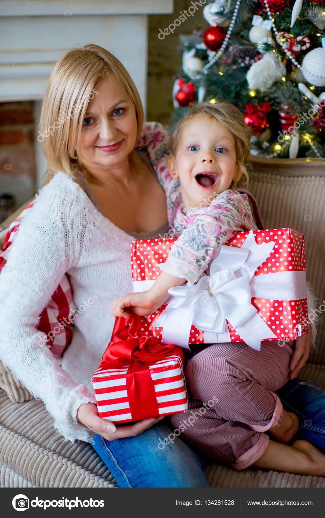 Regali Di Natale Per La Nonna.Ragazza E La Nonna Con I Regali Di Natale Foto Stock