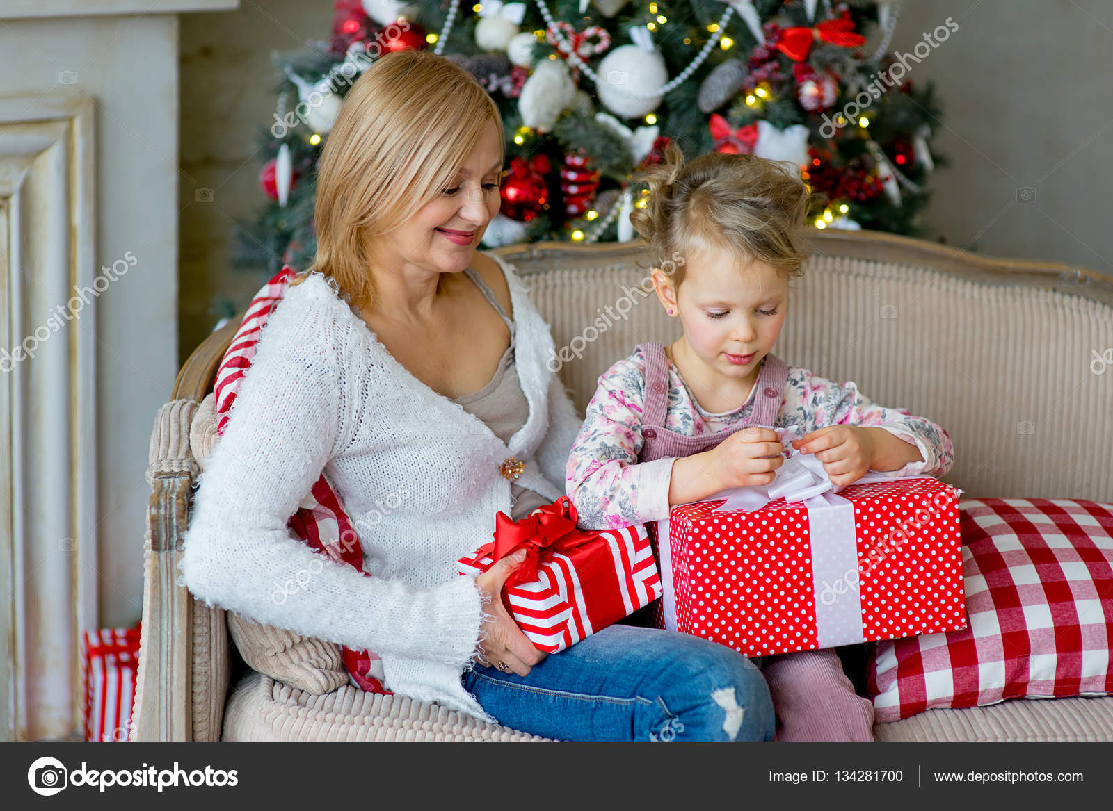 Regali Di Natale Ragazza.Ragazza E La Nonna Con I Regali Di Natale Foto Stock