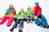 Rodina ležet ve sněhu