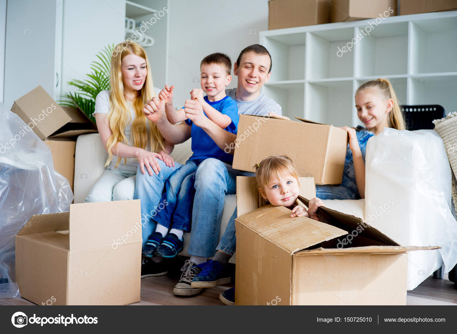 Familie Umzug in ein neues Zuhause — Stockfoto © Lenanichizhenova ...