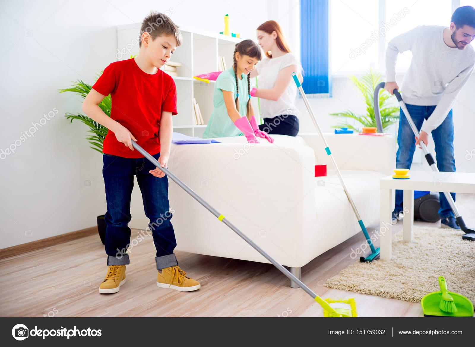 Familia que limpia casa foto de stock lenanichizhenova for House cleaning stock photos