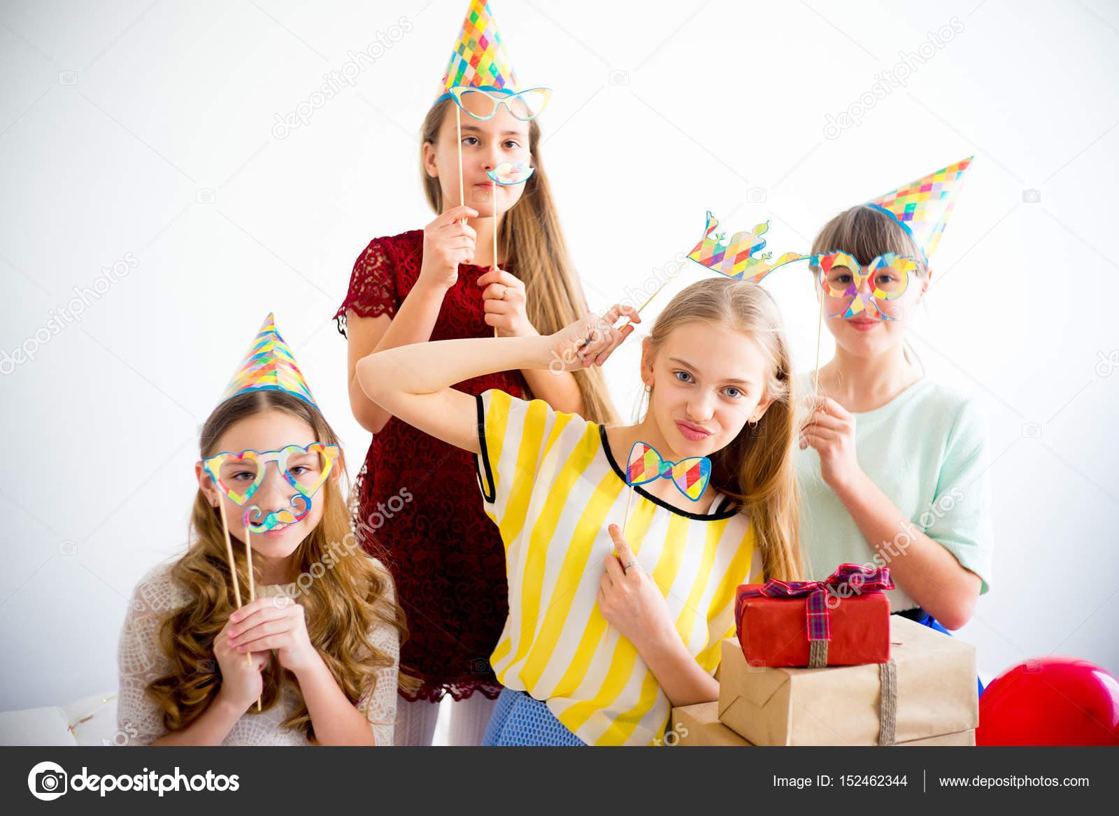 38a88ab64 Cuatro amigos adolescentes celebran cumpleaños juntos en casa - tias buenas feliz  cumpleaños — Foto de Lenanichizhenova