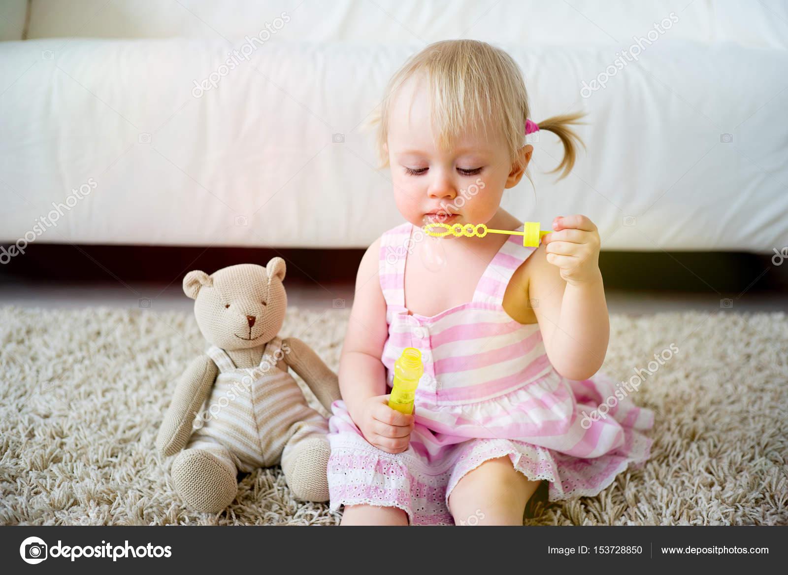 2 Jahre altes Mädchen — Stockfoto © Lenanichizhenova #153728850