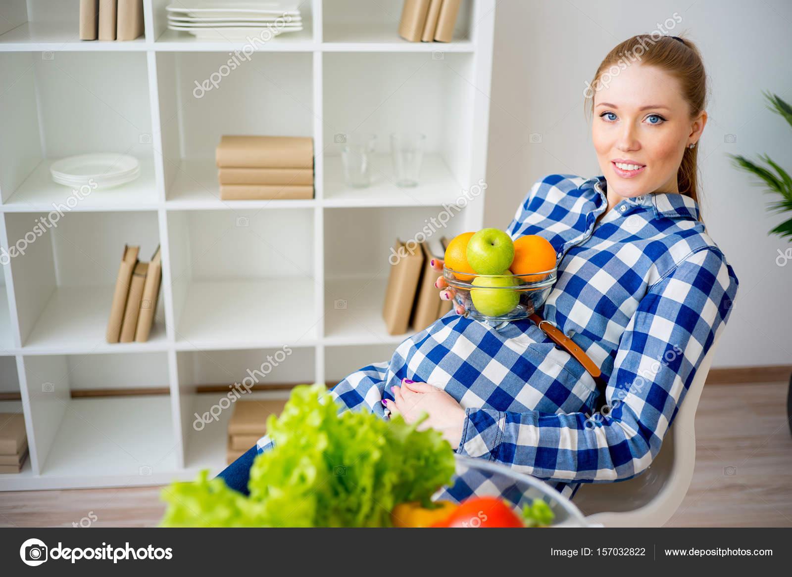 Pregnant woman eating fruit — Stock Photo © Lenanichizhenova #157032822