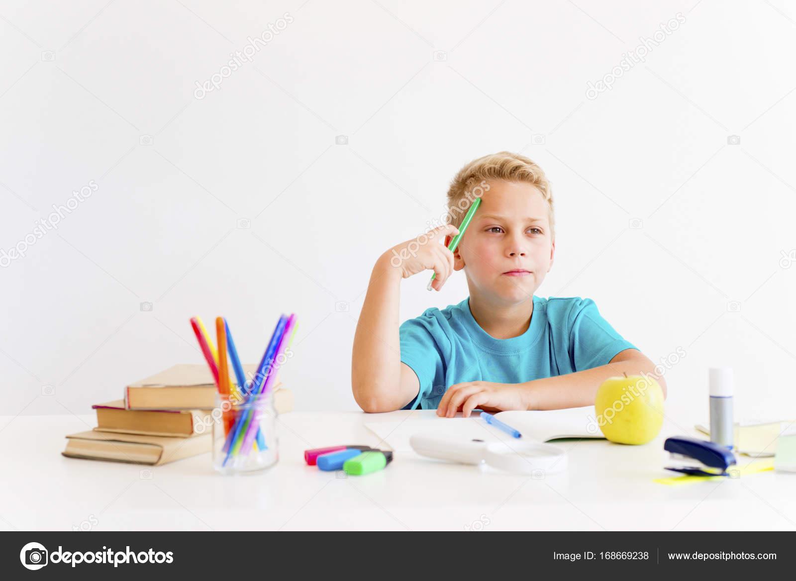 Imágenes Un Joven Estudiando Para Colorear Niño Es Estudiar