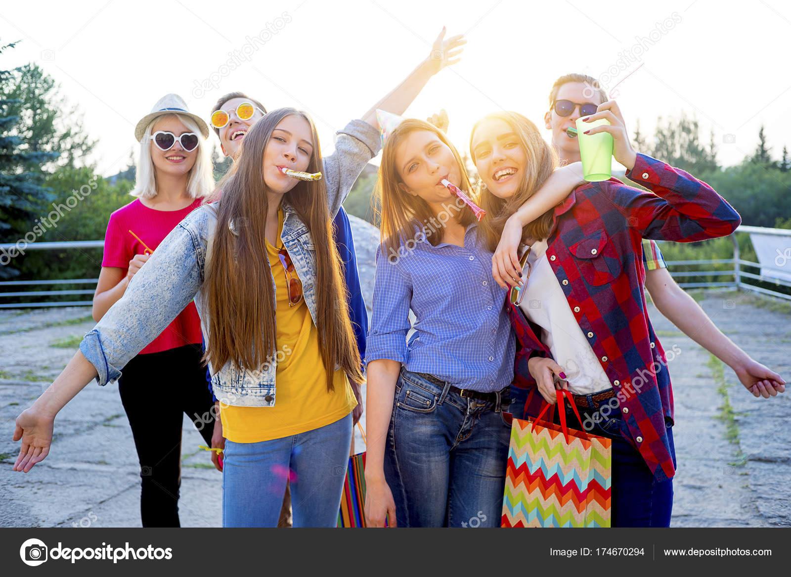 Jugendliche mit einer party — Stockfoto © Lenanichizhenova #174670294