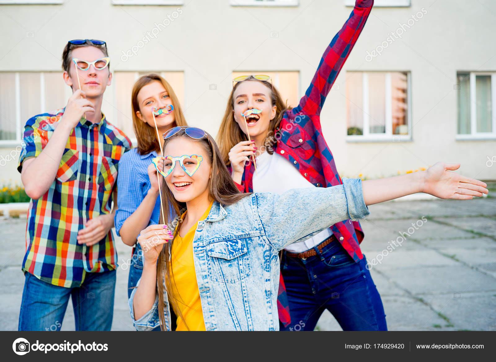 Jugendliche mit einer party — Stockfoto © Lenanichizhenova #174929420