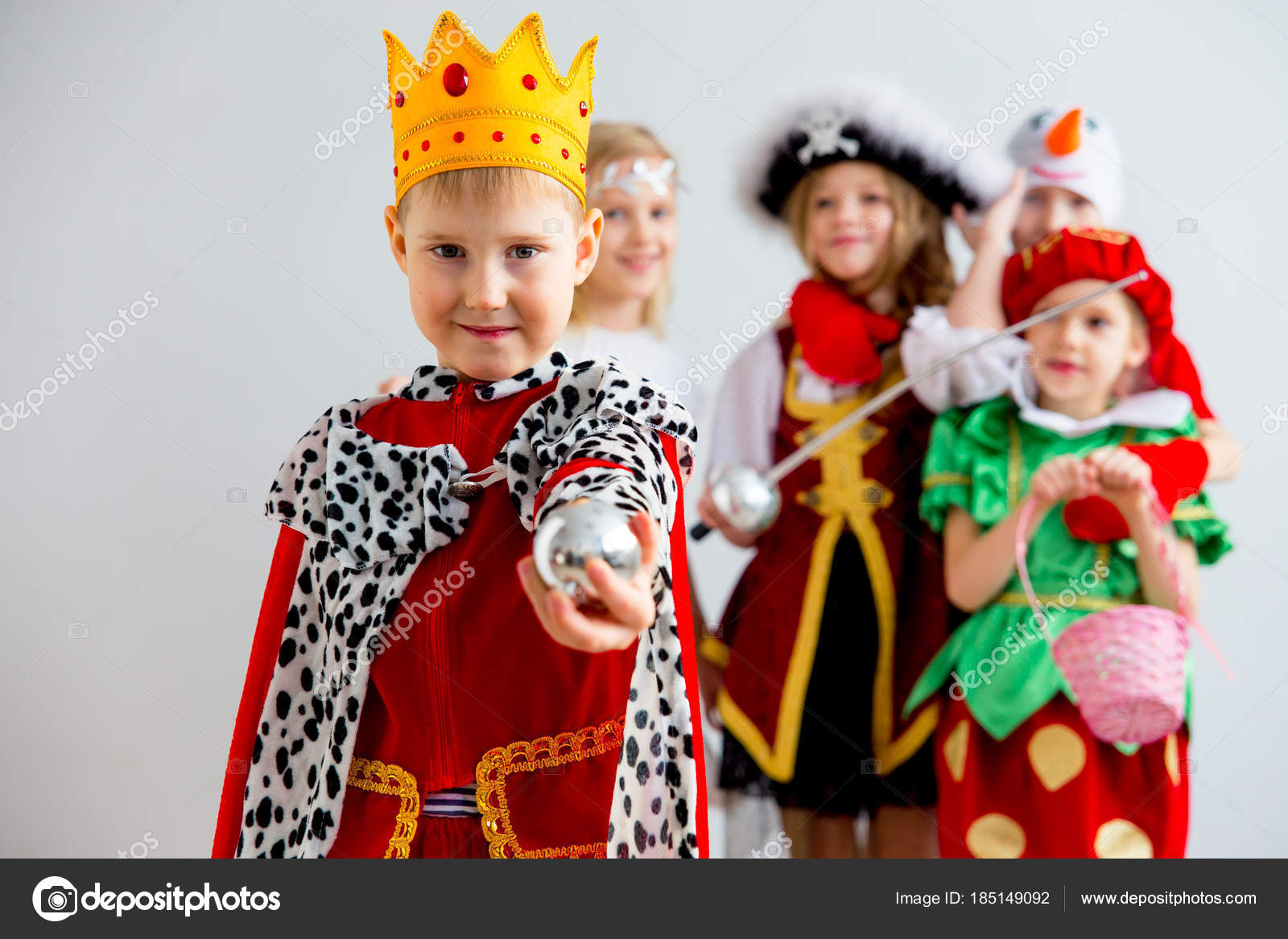 Kinder Kostüm party — Stockfoto © Lenanichizhenova #185149092