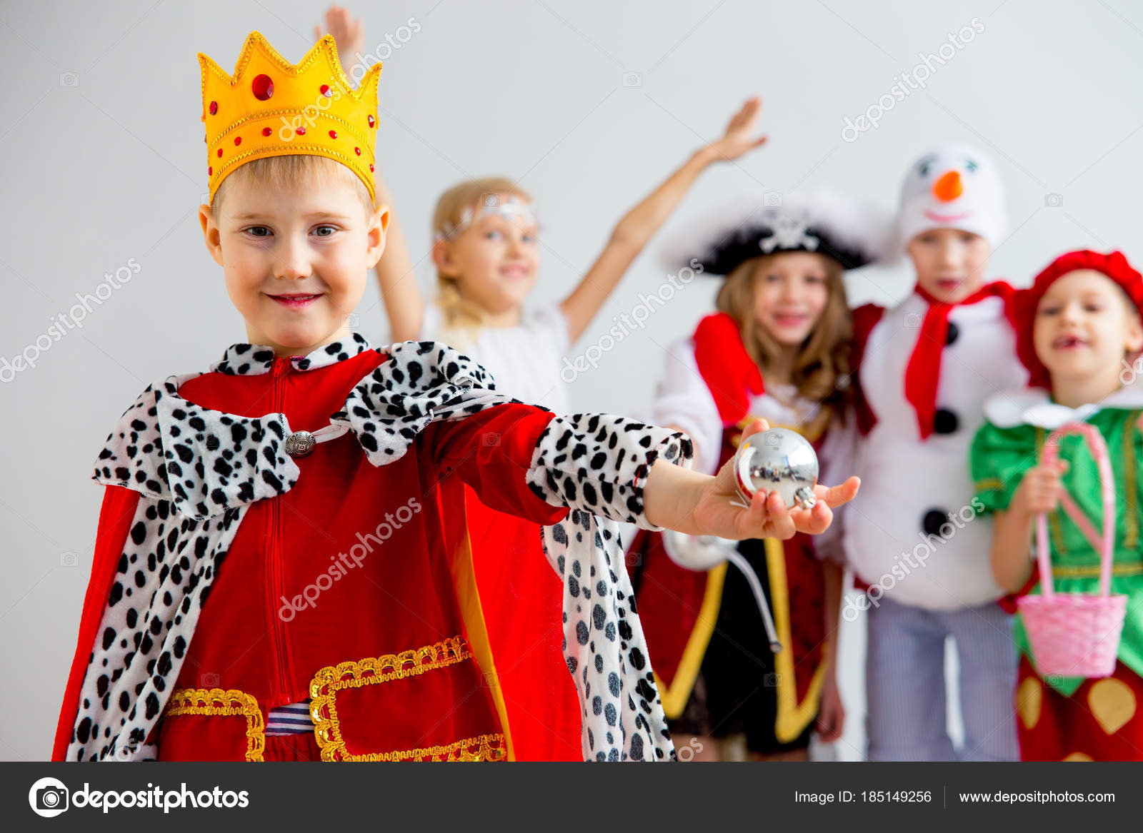 Kinder Kostüm party — Stockfoto © Lenanichizhenova #185149256