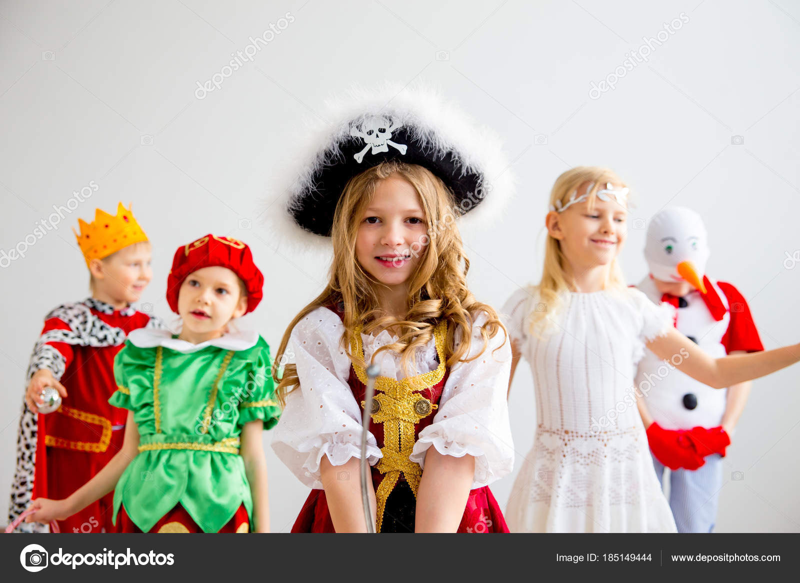 Kinder Kostüm party — Stockfoto © Lenanichizhenova #185149444
