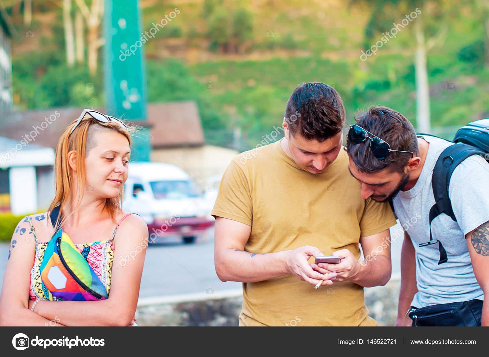 Suche Schöne Bilder zwei junge schöne männer sind auf der suche auf dem bildschirm des