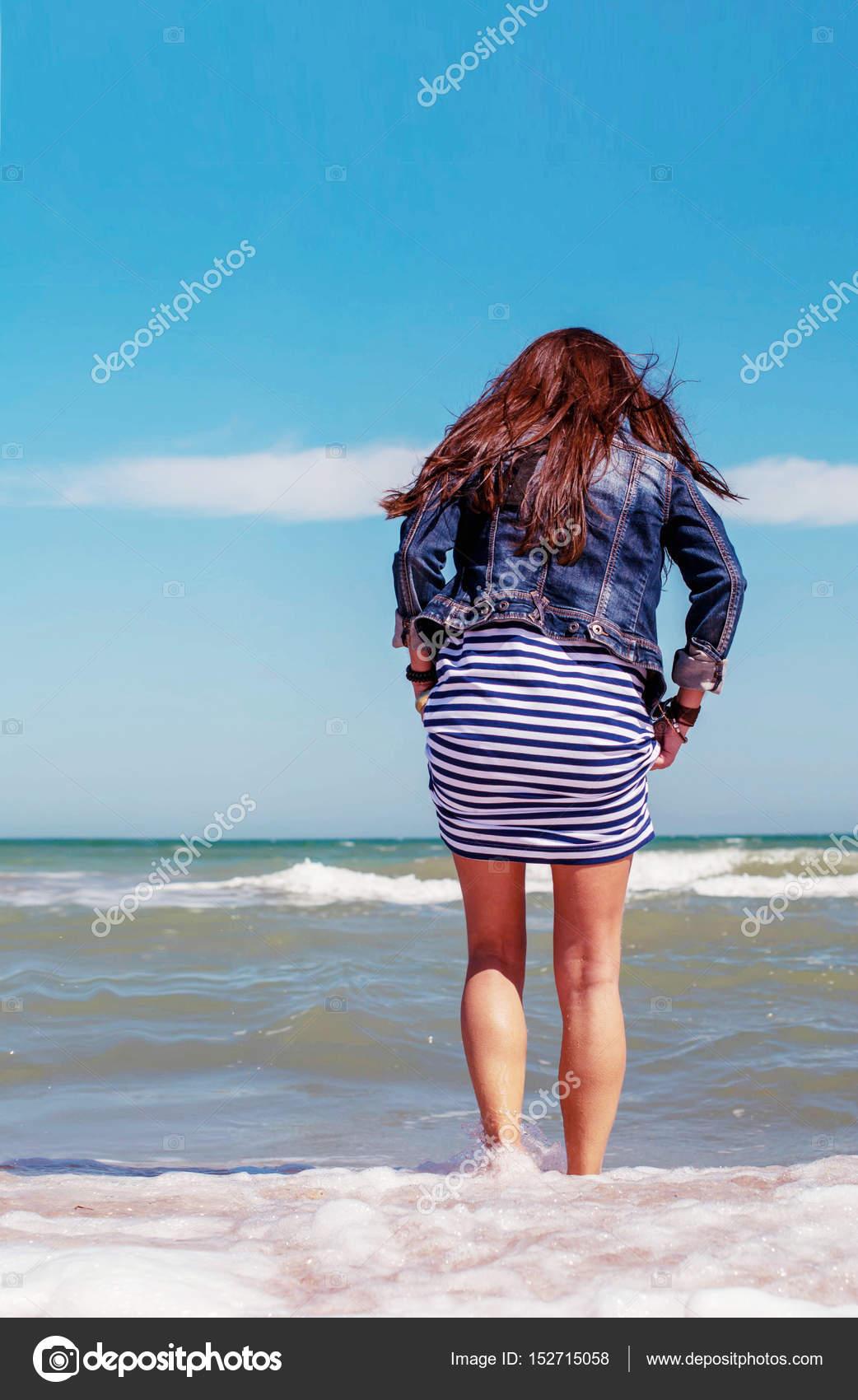 фото девушек со спины в одежде скачать