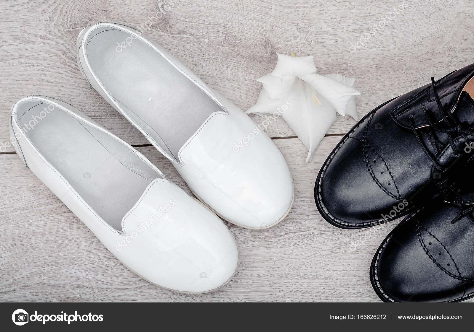 b3e10529 Las niñas tienen zapatos blanco y negro chicos en laminado gris. Zapatos de  moda lacado blanco para el bebé. Botas de cuero negro para el muchacho.