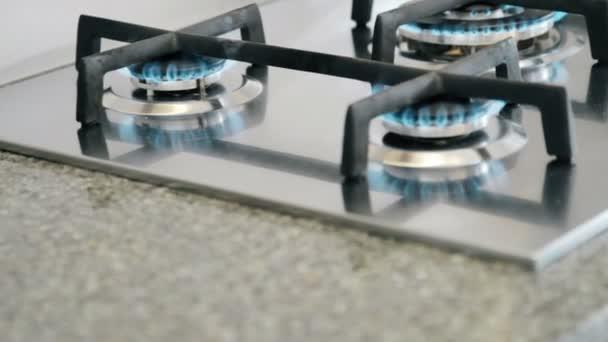 Hořící hořáky na sporáku v kuchyni