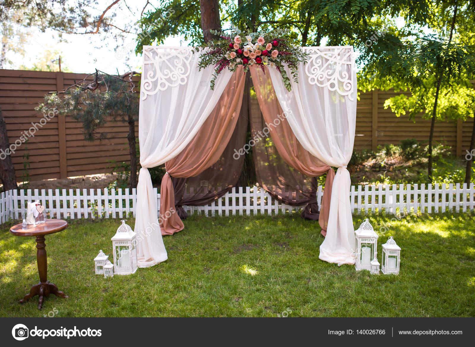 c r monie de mariage magnifique l ext rieur d cor de stand de chaises sur t photographie. Black Bedroom Furniture Sets. Home Design Ideas