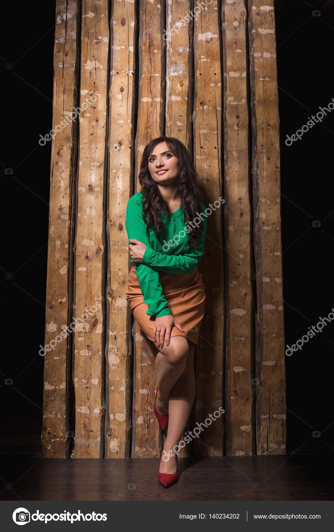 Секси девушка сидит на стуле