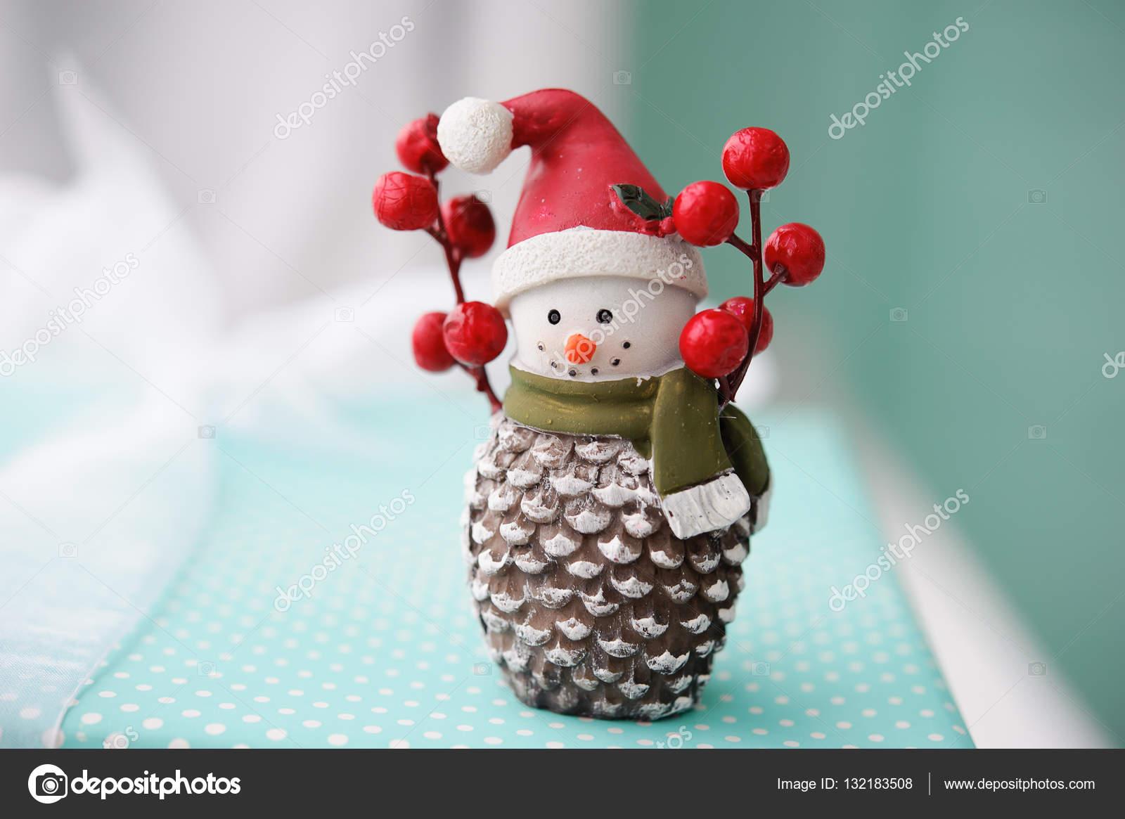 Spielzeug-Schneemann auf auf Türkis Hintergrund, Weihnachtsgeschenke ...