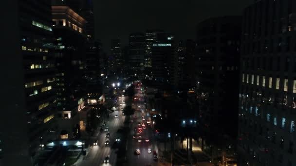 Windows kanceláří a provozu v obchodním centru v noci