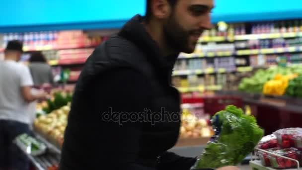 Mladý muž nakupování v supermarketu