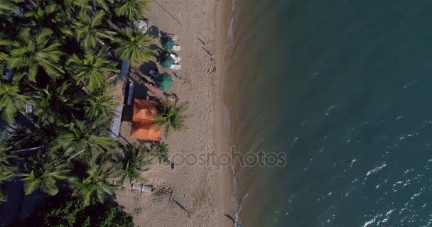 Pohled shora na pláži