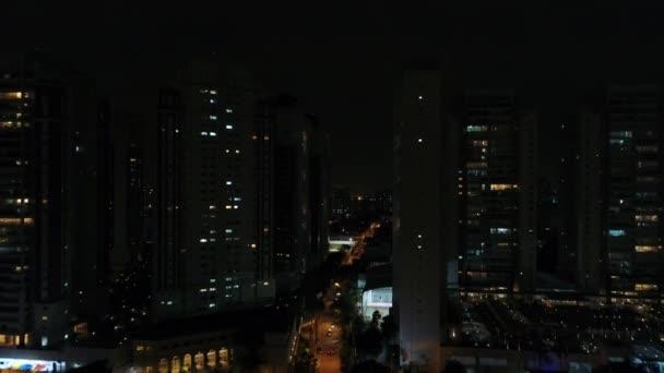 Hochverdichteter Wohnblock in der Nacht