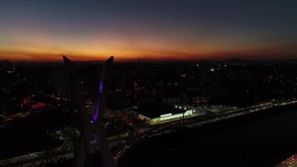 Letecký pohled na most Estaiada v krásné večerní hodiny v Sao Paulo, Brazílie