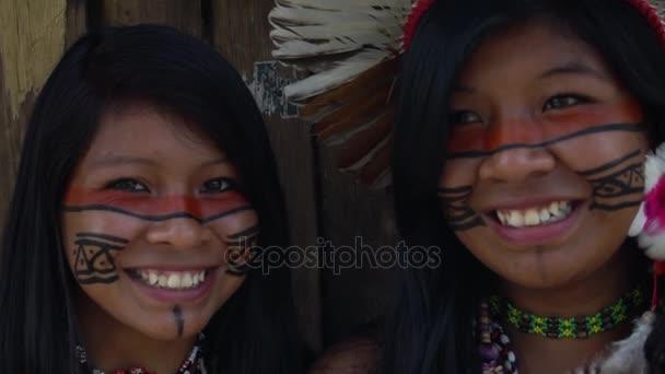 Fronte del primo piano di donna brasiliana nativo presso una tribù indigena in Amazzonia