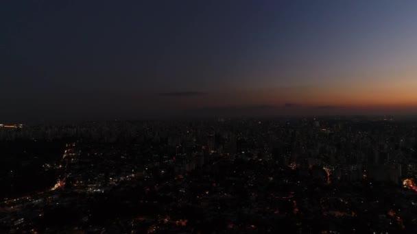 Abenddämmerungshimmel in der brasilianischen Stadt Sao Paulo