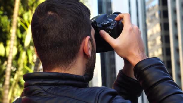 Mladý muž fotografování Paulista Avenue - město Sao Paulo, Brazílie