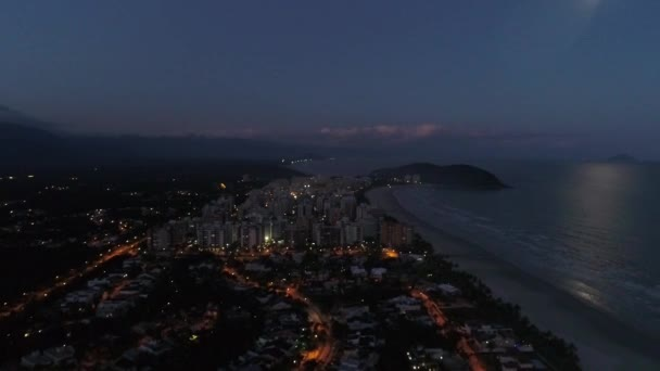 riviera de sao lourenco strand bei nacht in sao paulo, brasilien