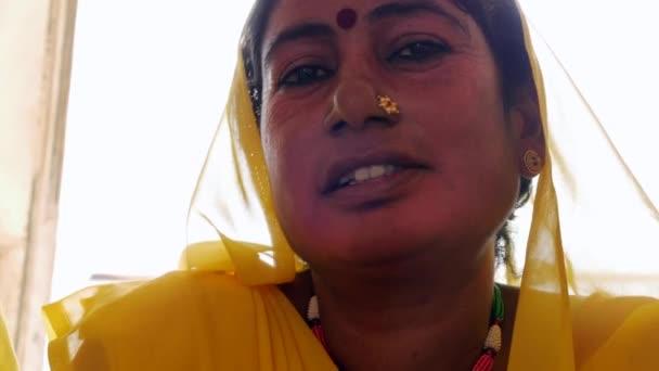 traditionelle indische Frau im Sari-Kostüm