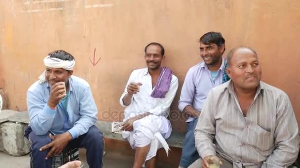 Skupina lidí baví a jejich čaj sklenice
