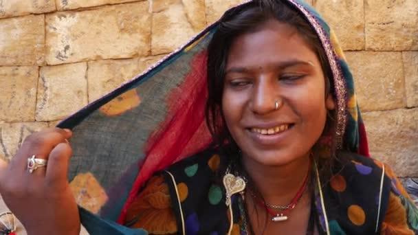 Nahaufnahme von rajasthani tradicional woman, jaisalmer, india