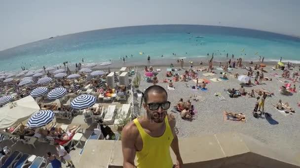 Costa Azzurra, Francia - Circa agosto 2017: Guy prendendo un Selfie in Costa Azzurra, Francia