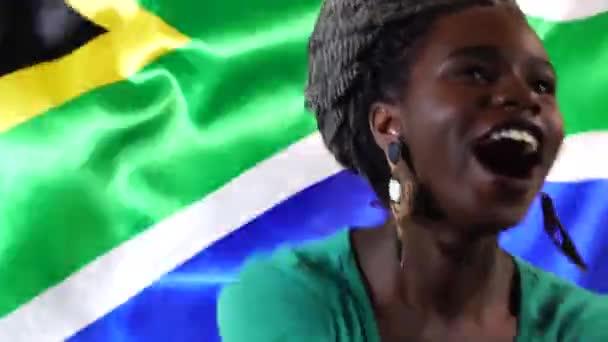 Jihoafrický mladá černá žena slaví s vlajkou Jižní Afrika