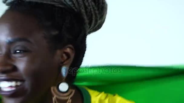 Brazilské mladá černá žena slaví s Brazil Flag