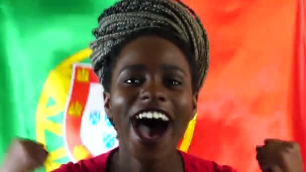 Portugál fiatal fekete nő ünnepli Portugália lobogója