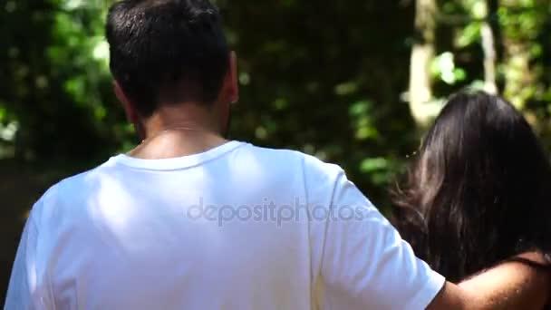 Otec a dcera objímat a chůzi