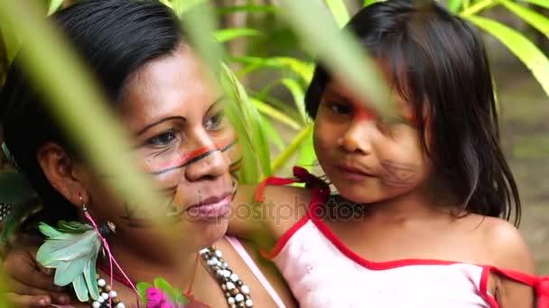 Mutter und Tochter bei einem indigenen Stamm im Amazonasgebiet